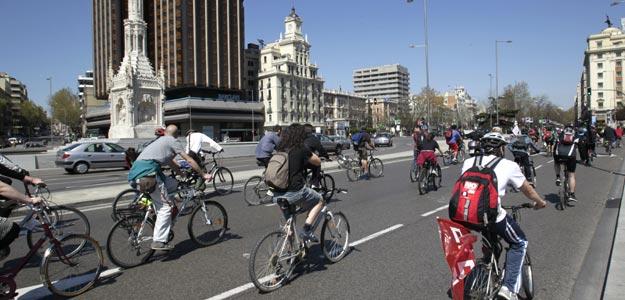 PIQUETES EN BICICLETA RECORREN EL CENTRO DE MADRID