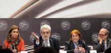 El presidente de la Editorial Planeta, rodeado de miembros del jurado. De izquierda a derecha: Carmen Posadas, José Manuel Lara, Carmen Regàs y Pere Gimferrer.