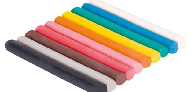 La plastilina es un material basado en la arcilla con aditivos que le dan color y textura.