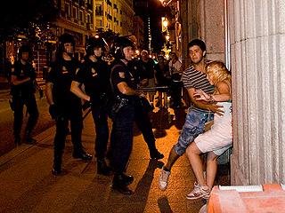 Ver vídeo  'La policía agrede a un fotógrafo que presenció como pegaban a una chica'