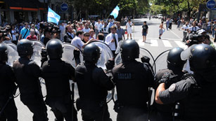 Ver vídeo  'La Policía argentina carga contra veteranos de la Guerra de las Malvinas'