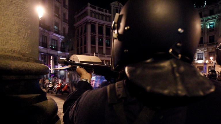 La policía carga contra los manifestantes en las inmediaciones del Congreso de los Diputados