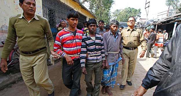 La policía conduce a comisaría a los sospechosos de violar en grupo a un joven en Subalpur, a 240 kilómetros al oeste de Calcuta.
