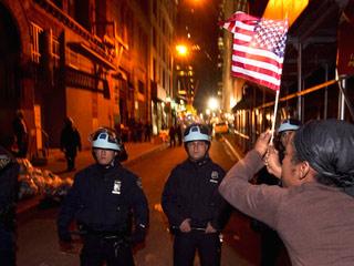Ver vídeo  'La Policía desaloja el campamento de Occupy Wall Street'