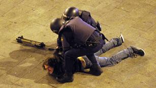 Ver vídeo  'La policía desaolja por tercera vez consecutiva la Puerta del Sol'