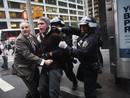 La policía detiene a un manifestante pese a la fuerte oposición