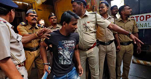 La policía escolta a uno de los tres hombres condenados a muerte en la India por la violación de una fotoperiodista.