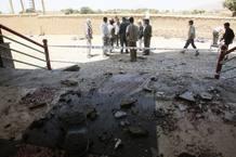 Un policía examina el lugar del atentado donde un terrorista suicida ha matado a más de 20 personas