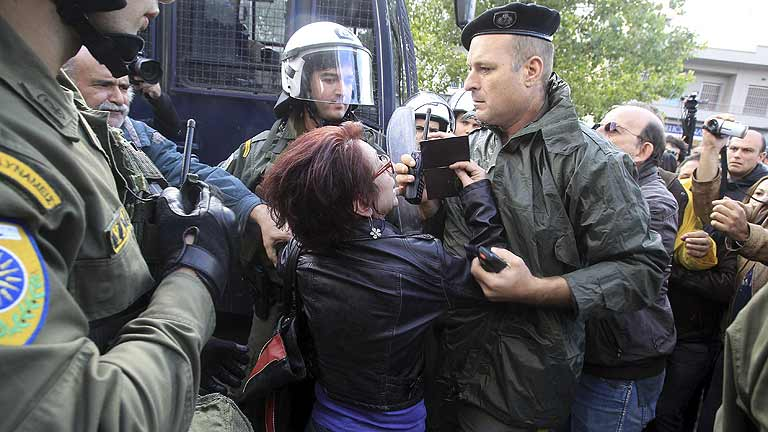 La policía griega desaloja la televisión pública tras cinco meses de ocupación por los trabajadores