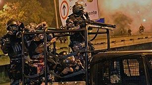 Ver vídeo  'Policía y manifestantes se enfrentan cerca del Palacio de Guanabara tras la recepción al papa'