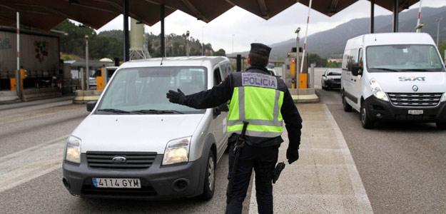 Policía Nacional parando coches en el paso de La Jonquera