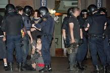 """La policía pide la documentación a un grupo de """"indignados"""" durante el desalojo de la Puerta del Sol."""