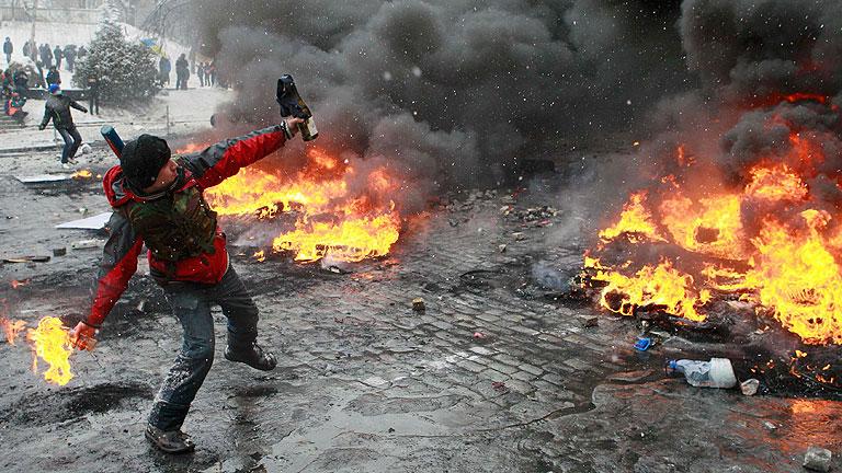 La policía ucraniana conquista la plaza de las protestas en Kiev