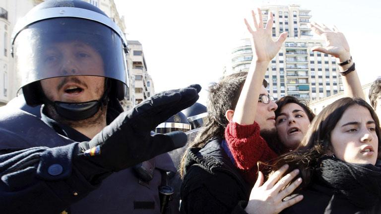 La policía de Valencia avisa a los manifestantes antes de las cargas