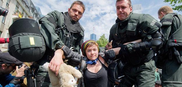 Policías alemanes arrastran a una manifestantes en Fráncfort