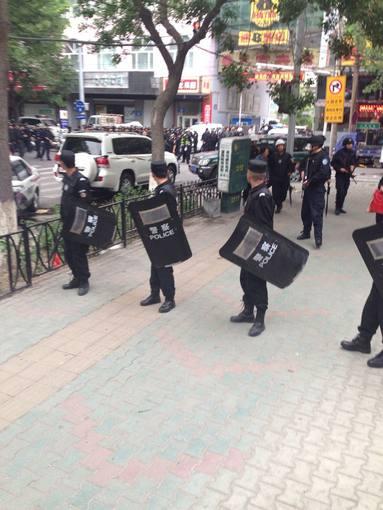 Policías mantienen un cordón policial en las cercanías del lugar del atentado, en Urumqi, región de Xinjiang, China