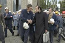 Popieluszko-Woronowicz entrando en una fábrica en huelga