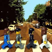 La portada de Abbey Road ha sido imitada por muchos como los personajes de Lego