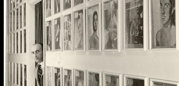 Portadas de la revista Semana en el pasillo del estudio del artista