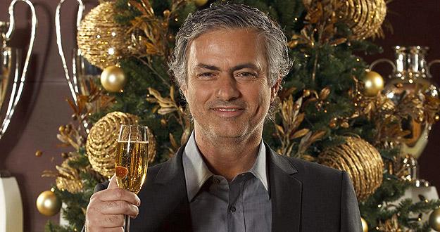 El portugués José Mourinho, entrenador del Real Madrid, brinda para felicitar la Navidad y el año nuevo a los aficionados.