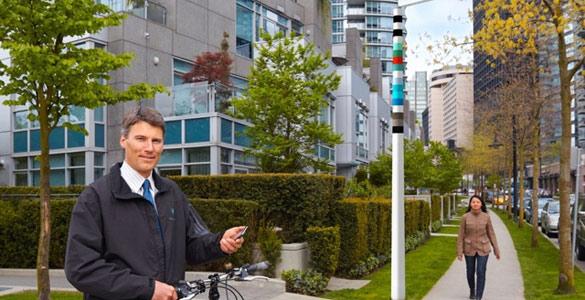 Cada una de las bandas de colores del poste indica una función disponible o bien un proveedor de telecomunicaciones que utiliza el poste para sus conexiones