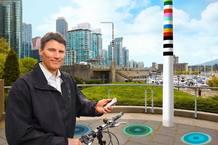 Los postes ofrecen Wi-Fi, parquímetros digitales y otras funciones; pueden incluir también como función adicional unas plataformas en las que recargar vehículos eléctricos, como coches o bicicletas.