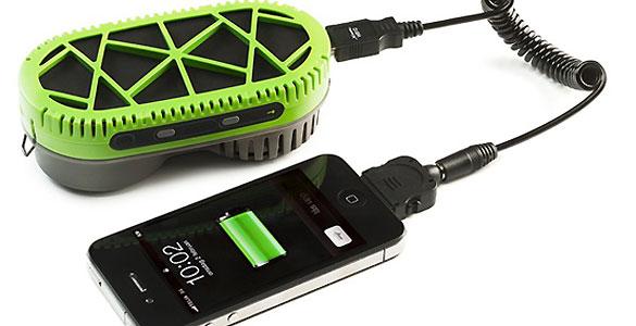 El PowerTreek es un dispositivo portátil que permite poner a funcionar y cargar un móvil al instante, con solo añadir agua a la pila de combustible.