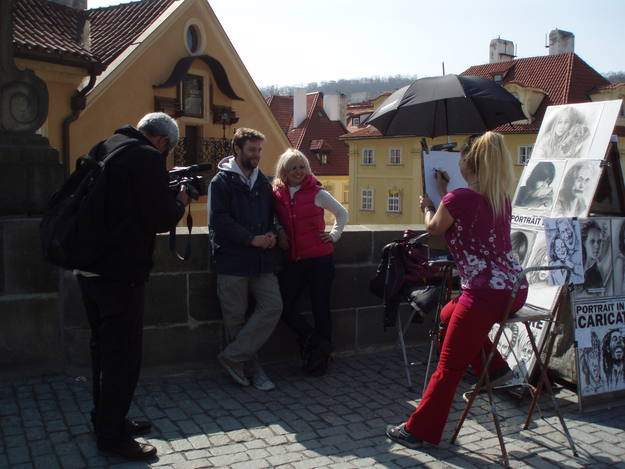 En Praga, mientras nos hacían una caricatura - Buscamundos