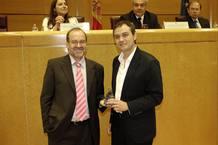 Ricardo Villa, director de RTVE.es, recoge el premio a la mejor web del año de manos de Miguel Pérez Subías, presidente de la Asociación de Usuarios de Internet