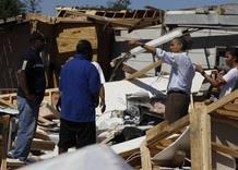 El presidente de Estados Unidos, Barack Obama, y su mujer, Michelle Obama, hablan con algunos de los damnificados en Tuscaloosa, Alabama