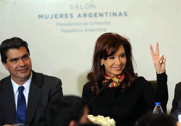La presidenta de Argentina, Cristina Fernández, junto a su jefe de gabinete, Jorge Capitanich