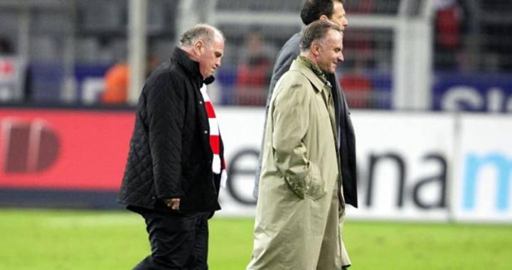 El presidente del Bayern Múnich, Uli Hoeness (i), y el director ejecutivo Karl-Heinz Rummenigge (d) salen del campo del Borussia Dortmund el pasado 11 de abril