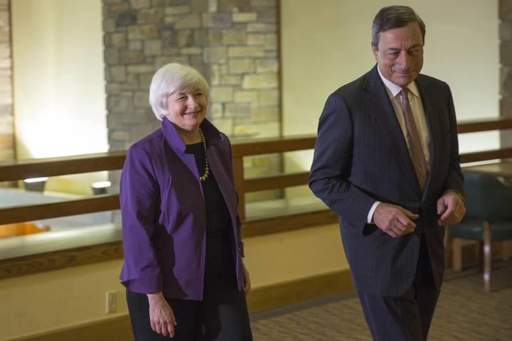 El presidente del BCE, Mario Draghi, con la presidenta de la Fed, Janet Yellen