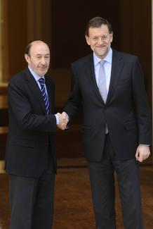 El presidente del Gobierno y el líder de la oposición se saludan en la escalera de acceso al Palacio