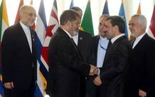 El presidente de Egipto, Mohamed Mursi (izquierda) saluda a su homólogo iraní, Mahmud Ahmadineyad, en la cumbre de Países No Alineados en Teherán