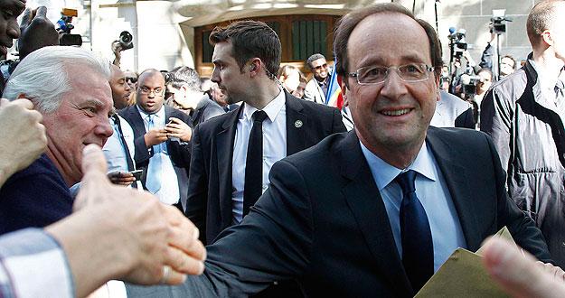 El presidente electo francés, François Hollande, saluda a sus simpatizantes a la salida de la sede del Partido Socialista.