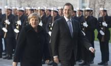 El presidente español, Mariano Rajoy, ha sido recibido con honores militares por Angela Merkel en la Cancillería alemana en Berlín.