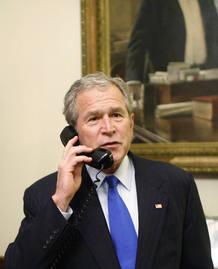 El presidente George Bush felicita al presidente electo Barack Obama