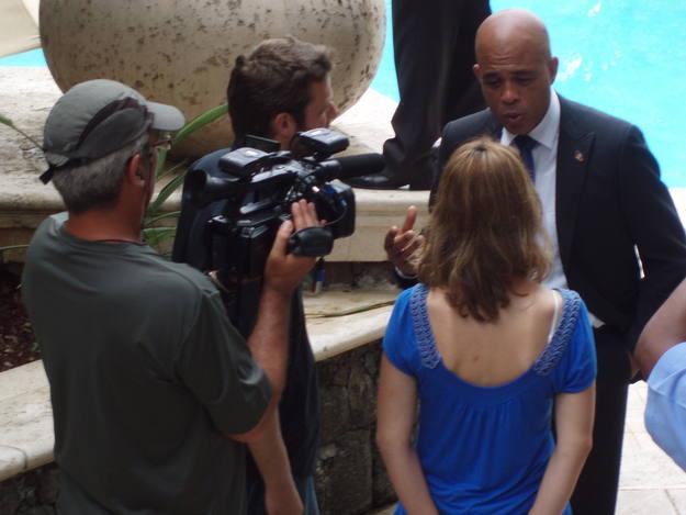 El presidente Martelly habla con el equipo de Buscamundos