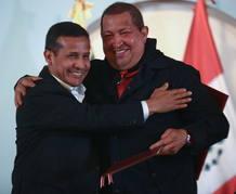 Los presidente de Perú y Venezuela se abrazan tras la firma de acuerdos en Puerto Ordaz (Venezuela)
