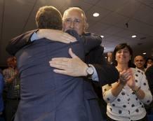 El presidentedel PNV Iñigo Urkullu (i) abraza al alcalde de Bilbao, Iñaki Azkuna, esta noche en Sabin Etxea sede de este partido en Bilbao tras conocerse los resultados electorales.
