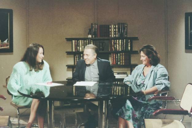 El primer director, José Luis Martín Descalzo, con las presentadoras.
