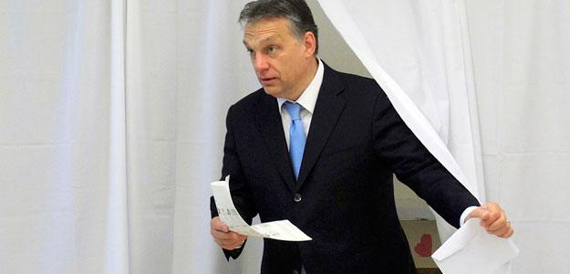 El primer ministro de Hungría, Viktor Orbán, con su voto en la mano durante las elecciones parlamentarias en Budapest.