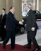 El primer ministro italiano, Silvio Berlusconi llega a Buckingham
