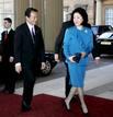 El primer ministro japonés, Taro Aso, junto a su esposa, Chikako, a su llegada al Palacio