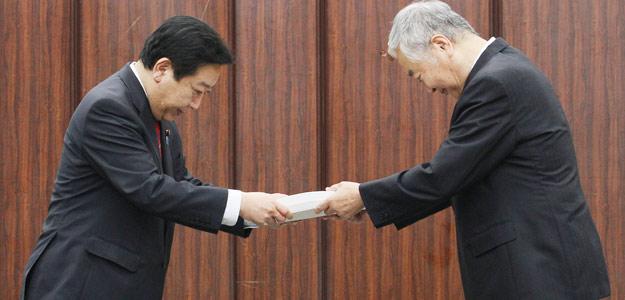 El primer ministro japonés, Yoshihiko Noda (izquierda) recibe el informe sobre Fukushima de manos del presidente del comité investigador, Yotaro Hatamura