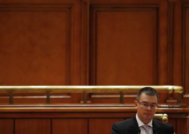 El primer ministro rumano, Mihai Razvan Ungureanu, se dirige al Parlamento durante el debate de la moción de censura