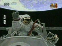 El astronatua Zhai Zhigang saluda durante su paseo espacial.