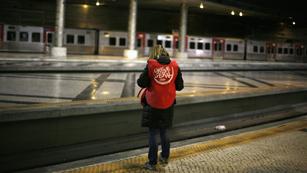 Ver vídeo  'Primera huelga general en Portugal de 2012, con el transporte como sector más afectado'