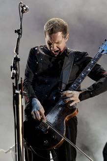El cantante y guitarrista Jón ?ór Birgisson, del grupo islandés Sigur Ros, durante su actuación, esta noche, en la primera jornada del Festival DCode, que se celebra en la Universidad Complutense de Madrid.